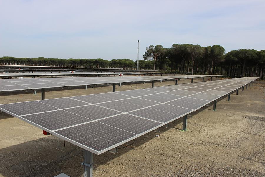 El Fresno inicia la instalación de su primera planta fotovoltaica giratoria para ahorrar hasta el 40 % de energía
